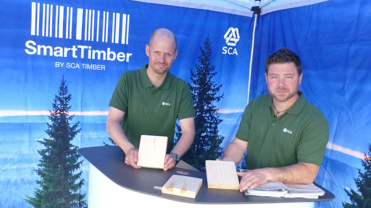 Selgerne Peter Tingård (t.v.) og Andreas Lindqvist med det nye treproduktet laget av kjernen i furutreet.