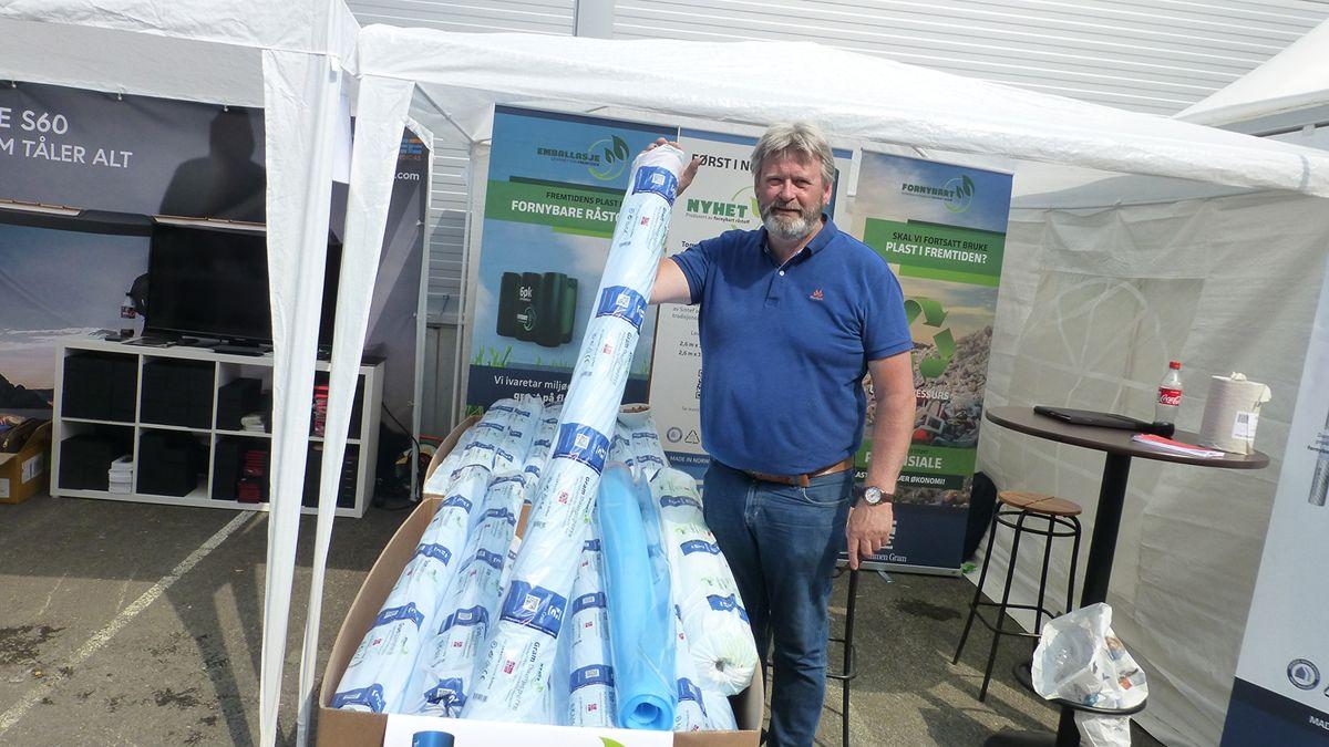 Markedssjef Jan Brunborg hos Tommen Gram med den nye dampsperren laget av sukkerrør, og ikke av olje som i dag