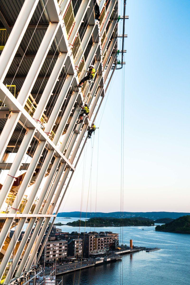 Sertifiserte fasadeklatrere på Oslos luftigste arbeidsplass. Foto: Thomas Horgen, Høyden