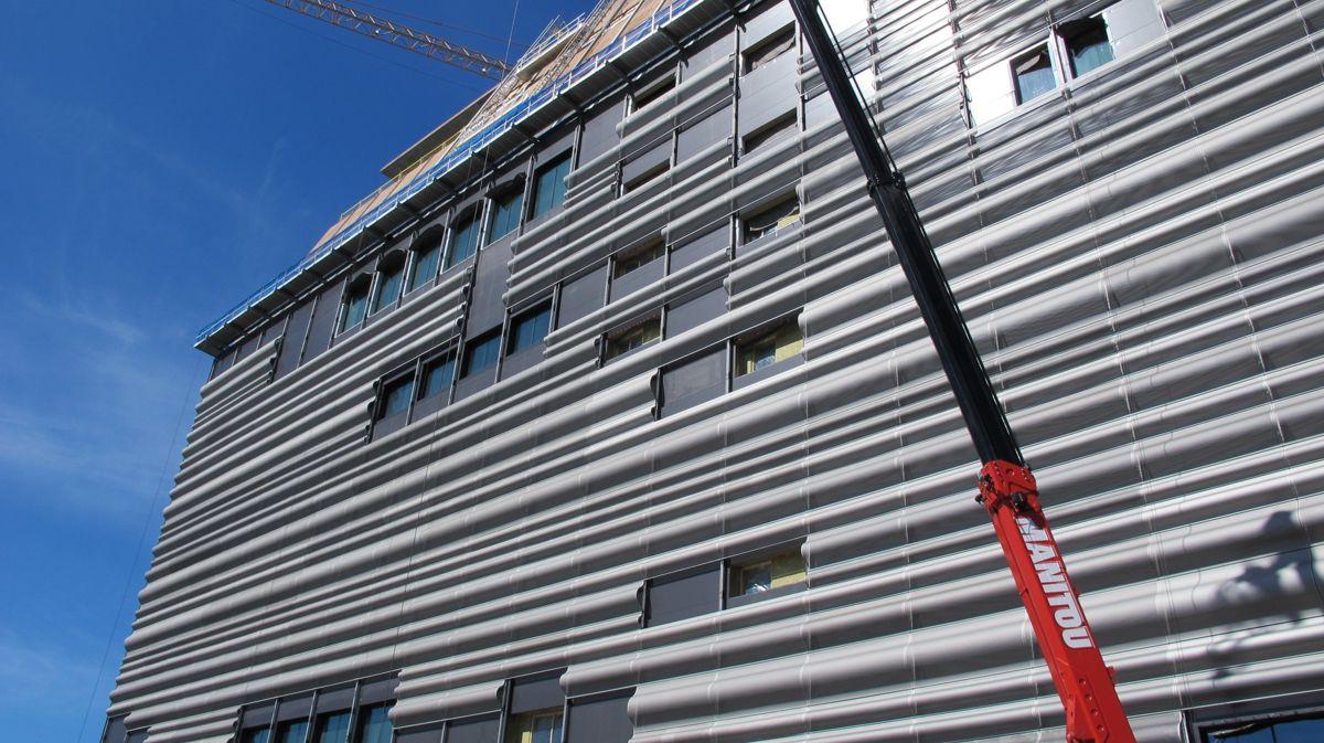 De karakteristiske, bølgeformede aluminiumsplatene som dekker fasaden, er ikke bare enarkitektonisk hentydning til bølgene på fjorden nedenunder, men også et effektivt miljøtiltak for å spare energi. Foto: Kultur- og idrettsbygg Oslo KF