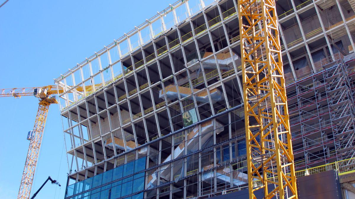 50 meter opp i høyden dirigeres et tonn tunge glassflater på plass med millimeterpresisjon. Foto: Kultur- og idrettsbygg Oslo KF