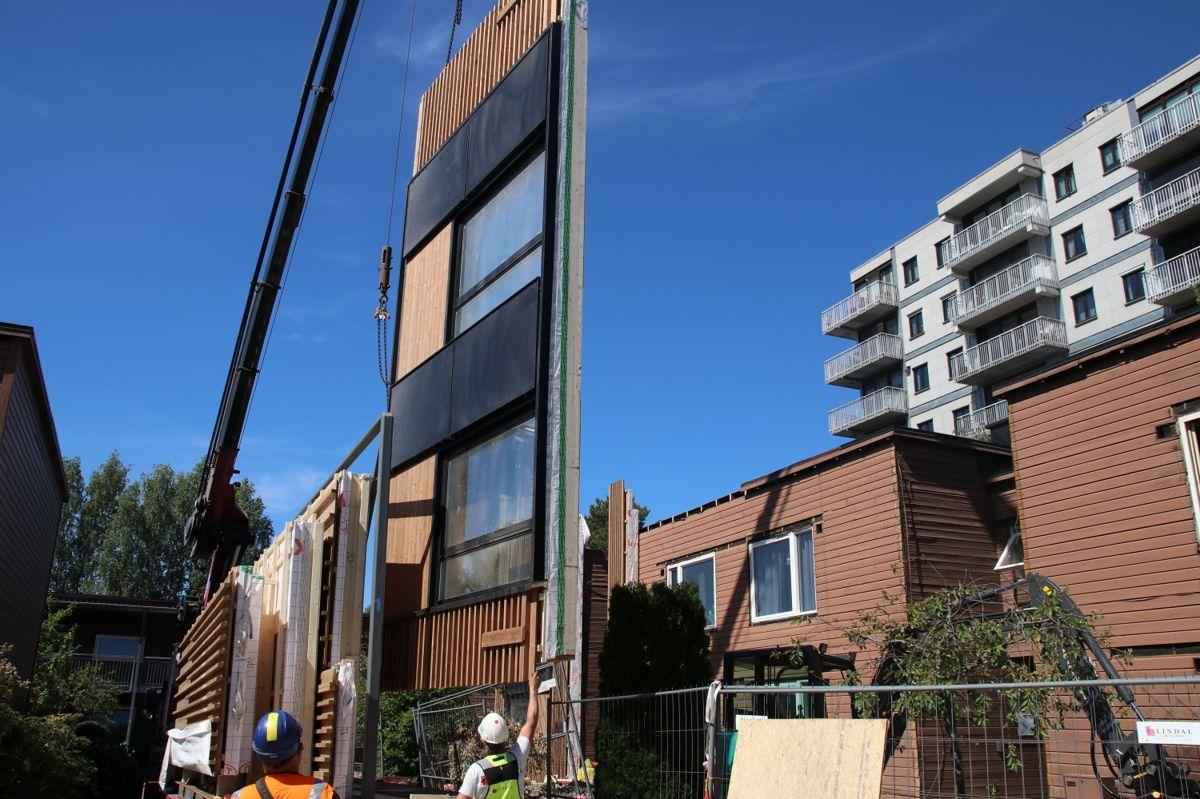 Boligene Haugerud senter 17-19 rehabiliteres med ferdige veggelementer med integrerte solceller og ventilasjonsanlegg.