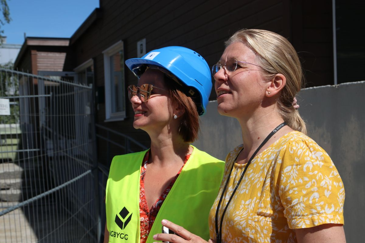 Vera Lukina i Boligbygg og Kari Thunshelle i Sintef Byggforsk følger med på at veggelementene heises på plass.