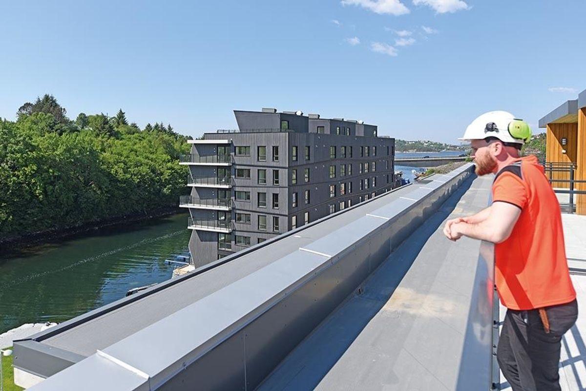 Anleggsleder Ørjan Hatlevik i Veidekke Entreprenør på en av takterrassene i B6.