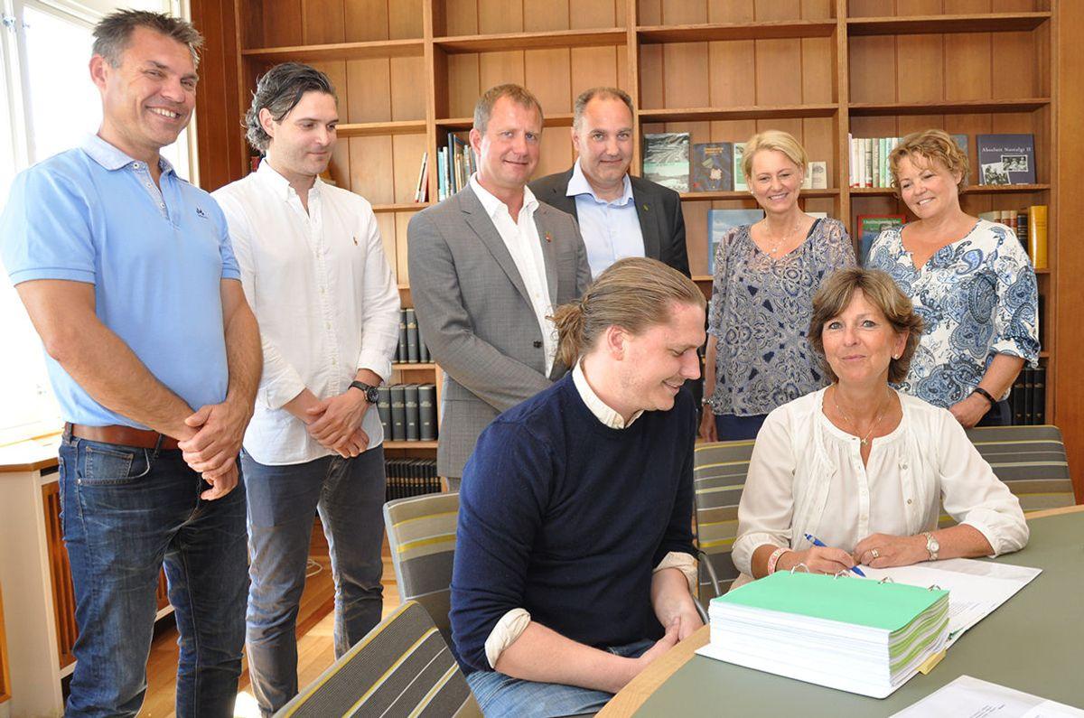 Ordfører Lisbeth Hammer Krog og HENTs prosjektleder Mathias Aasland signerer kontrakt. Foto: Bærum kommune