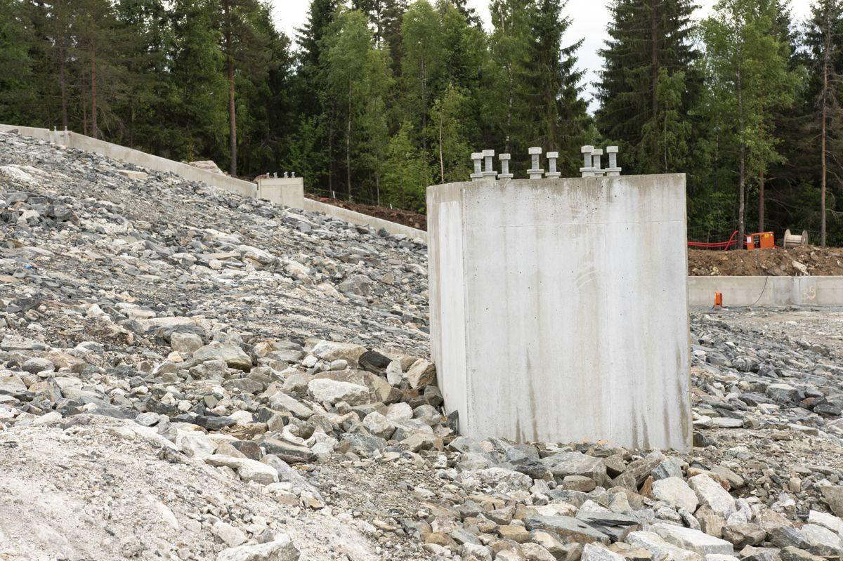 Alle betongfundamentene til søylene har ulik kotehøyde. Det er en høydeforskjell på 90 meter fra topp til bunn av bakken i anlegget. Foto: Tuva Skare