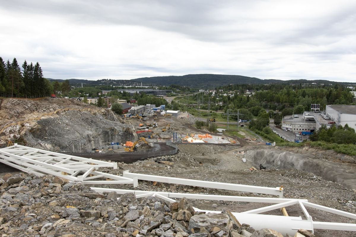 Det har vært utfordrende å frakte stålfagverkene på semitrailer opp anleggsveien på byggeplassen. Foto: Tuva Skare