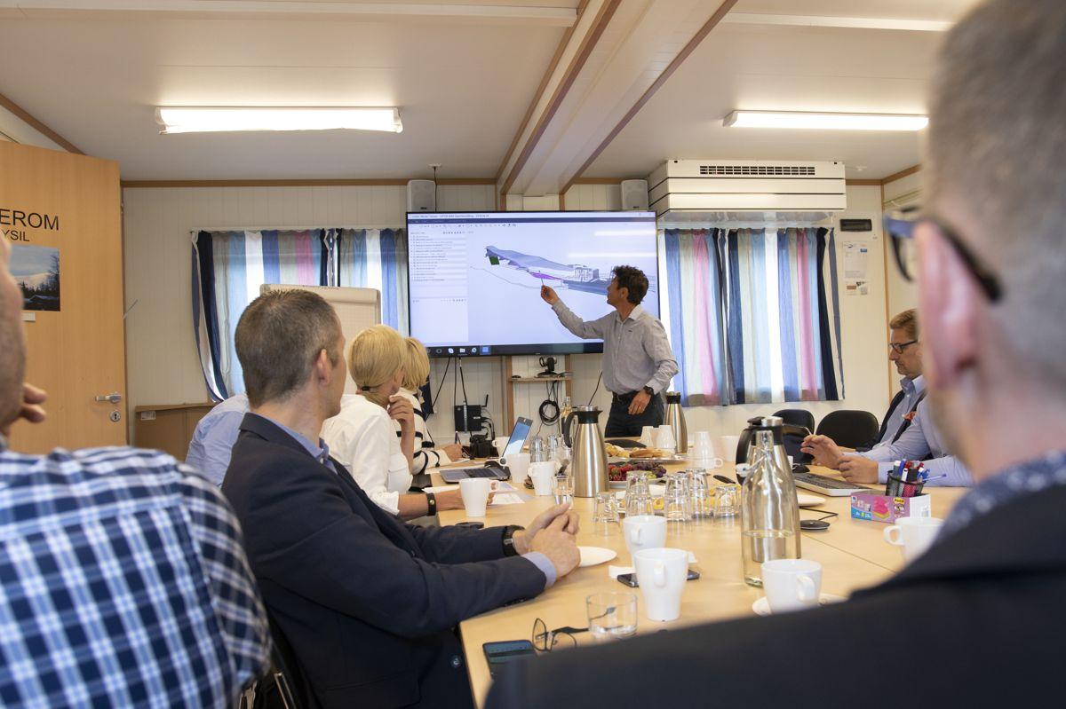 Prosjektsjef Andreas Engebretsen i BetonmastHæhre presenterer prosjektet før befaring på byggeplass. Foto: Tuva Skare