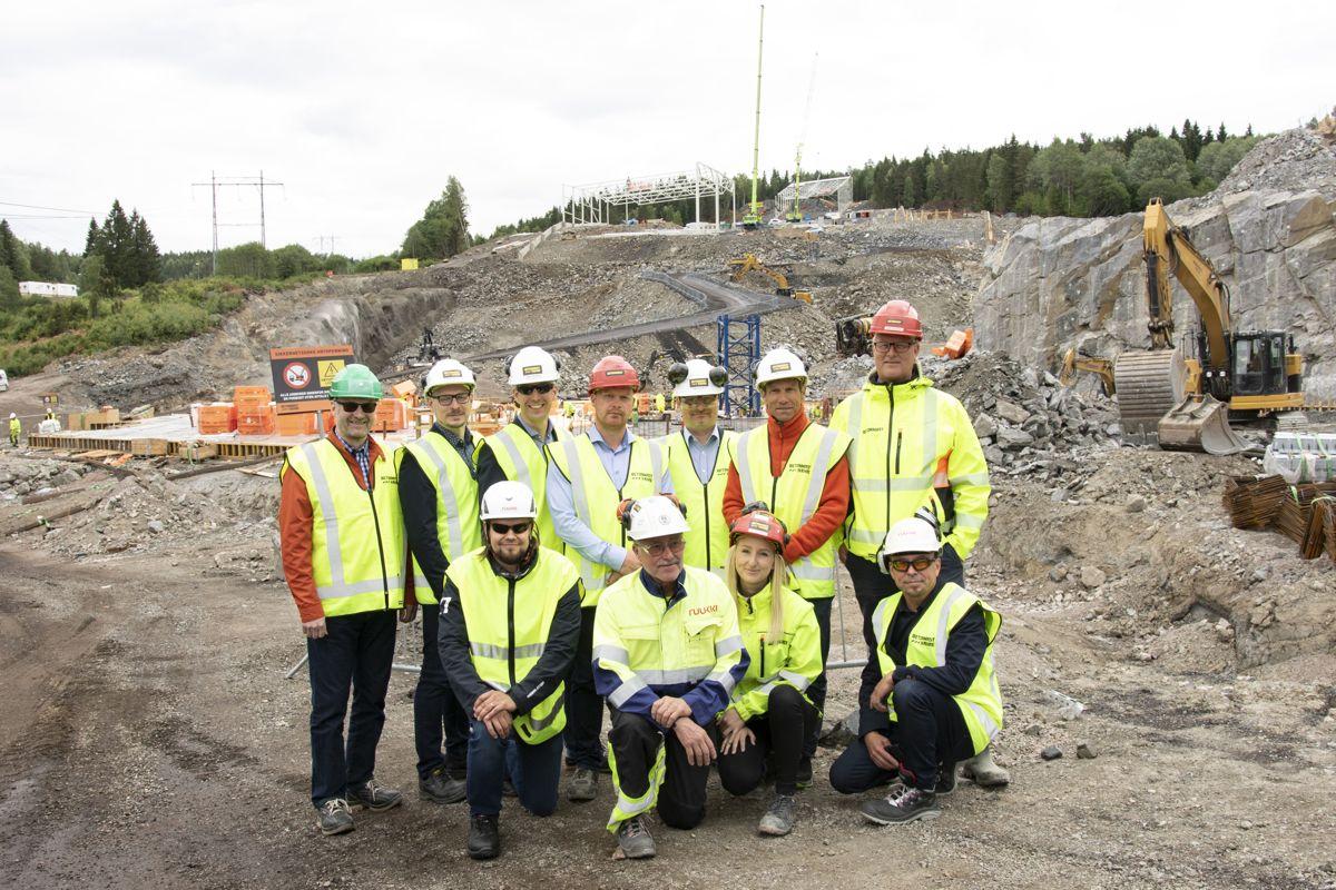 BetonmastHæhre og Ruukki samarbeider tett på det som skal bli Norges første innendørs skianlegg. I bakgrunnen ses stålkonstruksjonene som det finske selskapet har designet, levert og montert. Foto: Tuva Skare