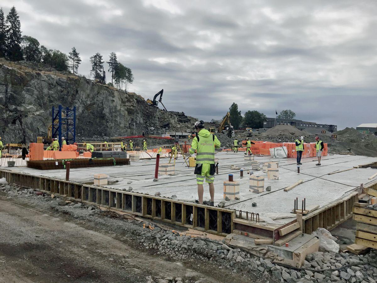 Betongarbeidene i det som skal bli et servicebygg i tilknytning til skihallen pågår for fullt. Foto: Svanhild Blakstad