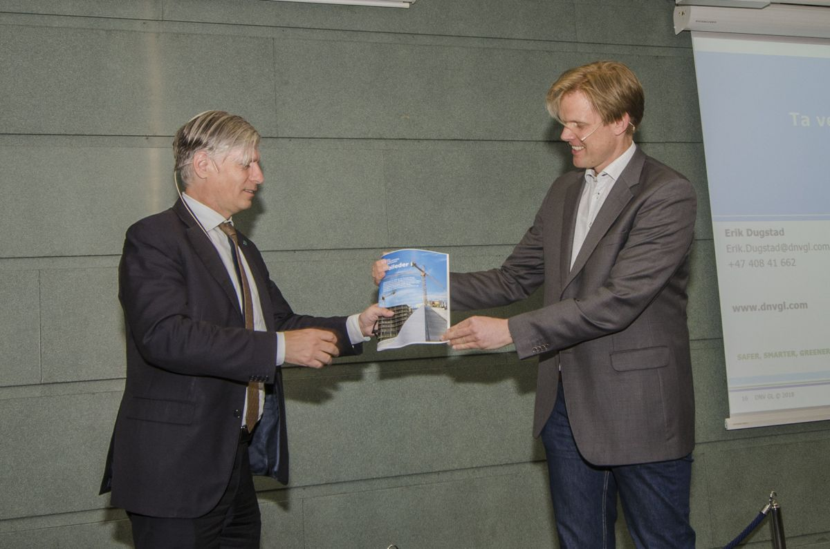 Klima- og miljøminister Ola Elvestuen (til venstre) og kommunikasjonssjef Trygve Mellvang-Berg i Norsk Fjernvarme.