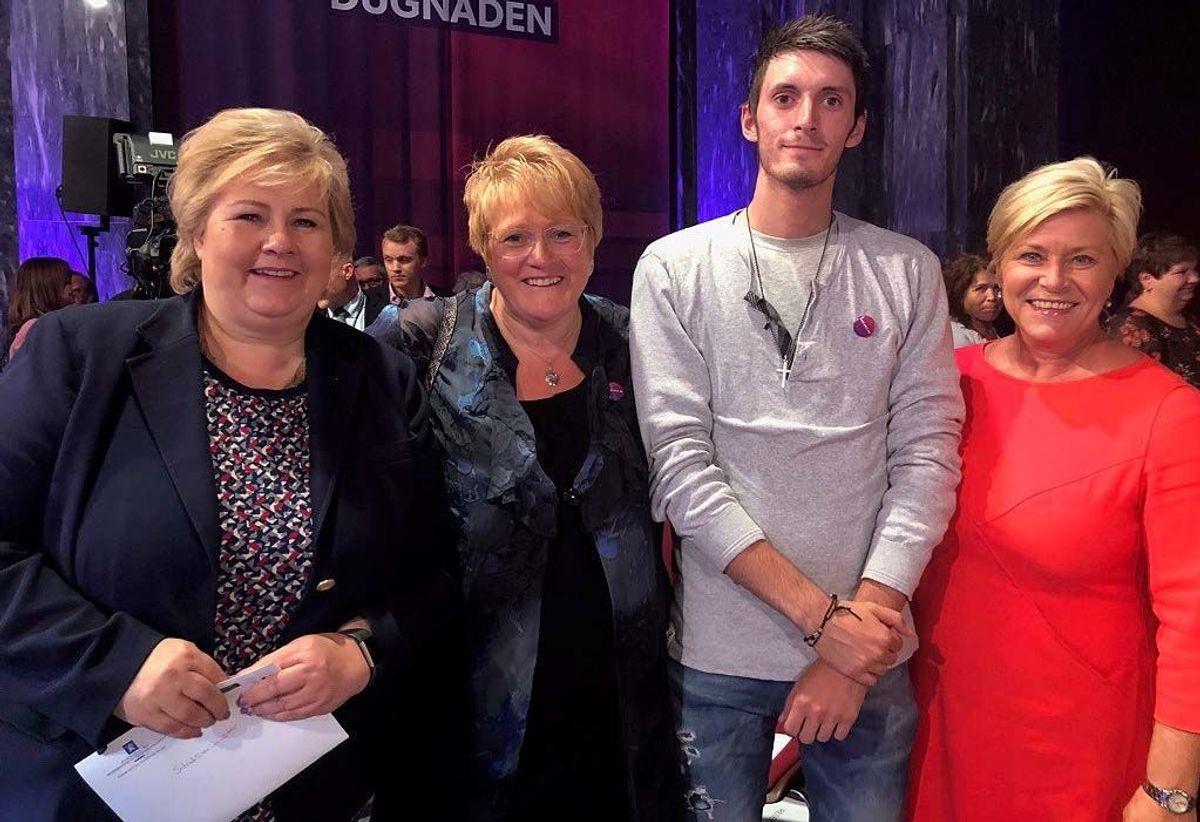 Tidligere elev på skoleprosjektet Christoffer Andreassen sammen med statsminister Erna Solberg, Trine Skei Grande og Siv Jensen.