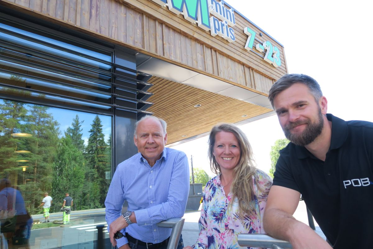 Prosjektsjef i NorgesGruppen Eiendom, Jan Døssland, prosjektleder Line Sagberg i ProsjektCompaniet og POB-prosjektleder Ronny Hanssen (fra venstre), kan glede seg over den nye Kiwi-butikken.