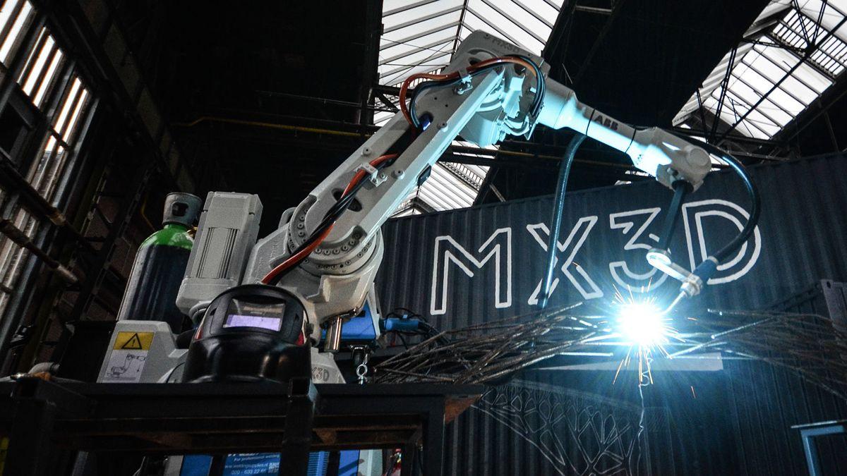 Denne sveiseroboten bygger bruer i stål. Foto: MX3D