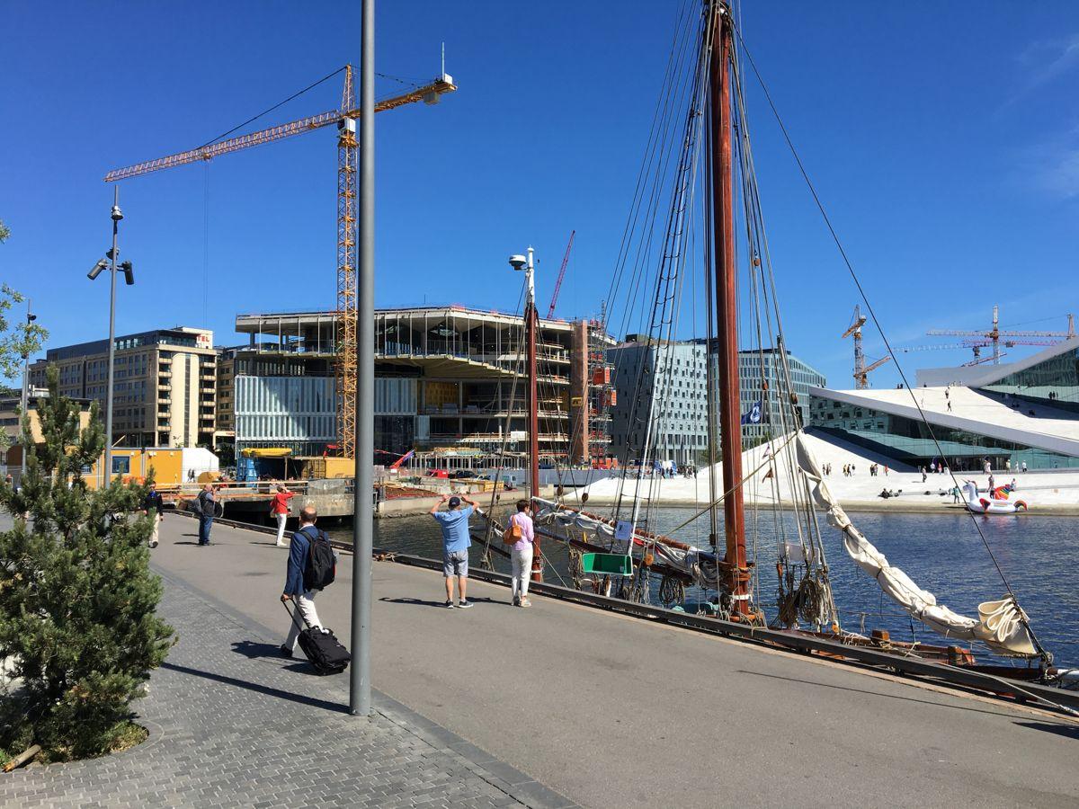 Kultur og idrettsbygg i Oslo bygger nytt Deichmanske hovedbibliotek. Fasaden er snart på plass. Foto: Ronny Iversen