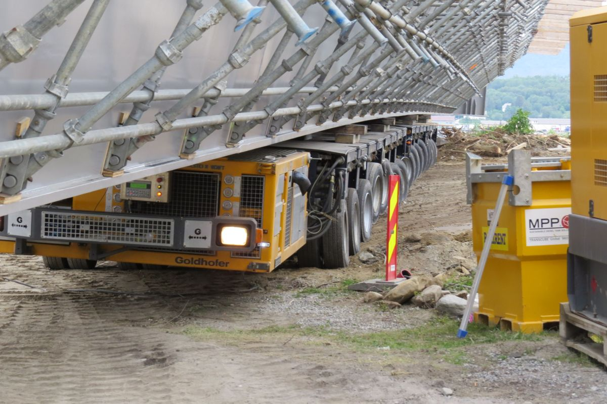 E6 Finneidstraumen, montering av 2 brubjelker på 240 tonn, 68 m lengde Trangt for å komme forbi. Foto Egil R Ørsal, Ulstein Heavy Lift