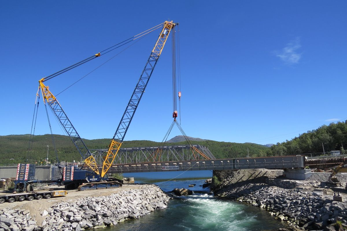 E6 Finneidstraumen, montering av 2 brubjelker på 240 tonn, 68 m lengde. Andre bjelke på plass. Foto Egil R Ørsal, Ulstein Heavy Lift