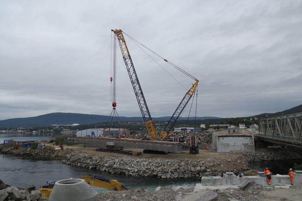 E6 Finneidstraumen, montering av 2 brubjelker på 240 tonn, 68 m lengde. Klar for monterinng. Foto Egil R Ørsal, Ulstein Heavy Lift