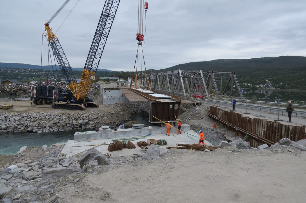 E6 Finneidstraumen, montering av 2 brubjelker på 240 tonn, 68 m lengde. Straks på plass. Foto Egil R Ørsal, Ulstein Heavy Lift
