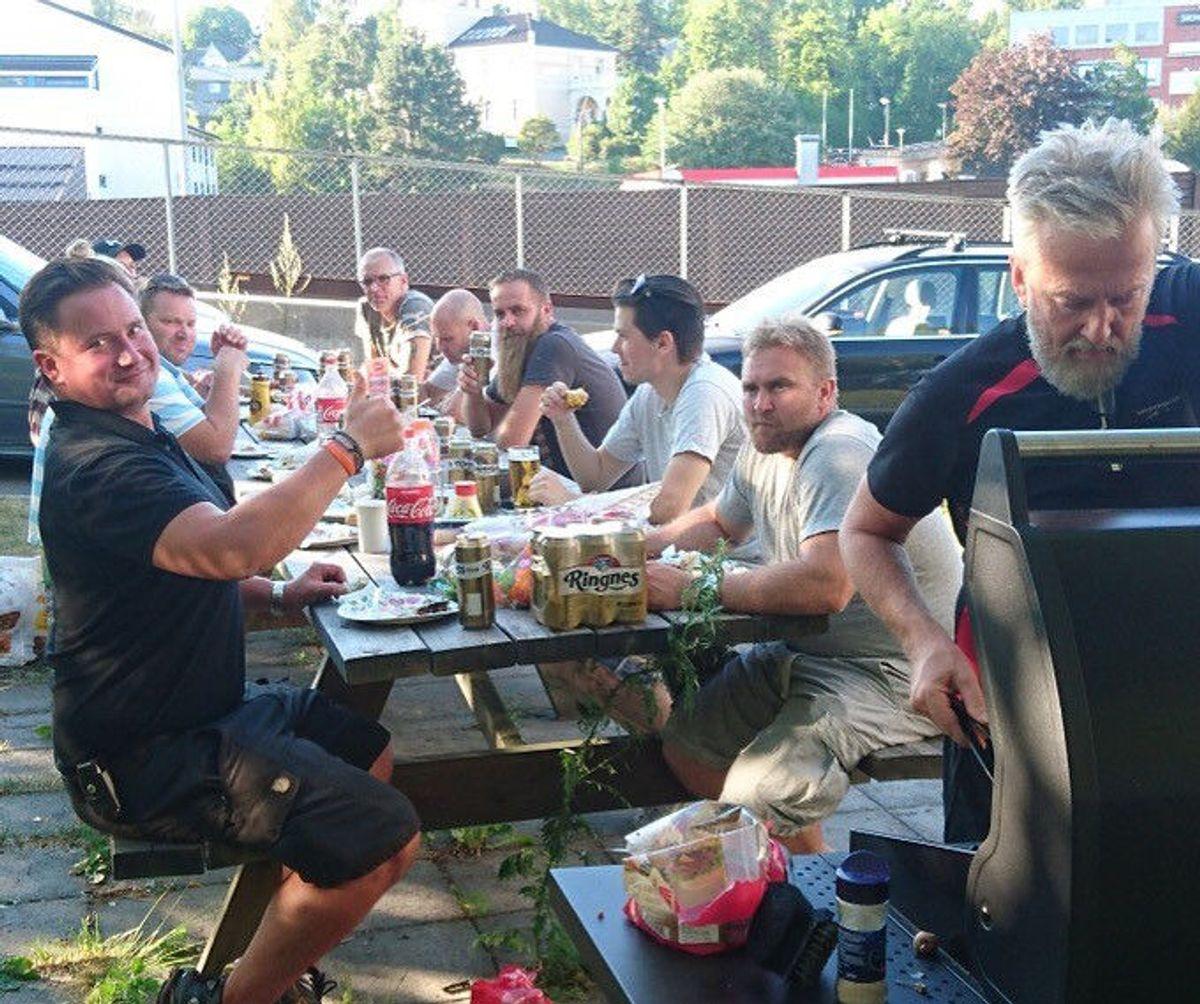 Daglig leder Verner og prosjektleder Fredrik tok med grillmat til Montørshuset i sommer. Foto: Anneli Liberg/EMV Construction