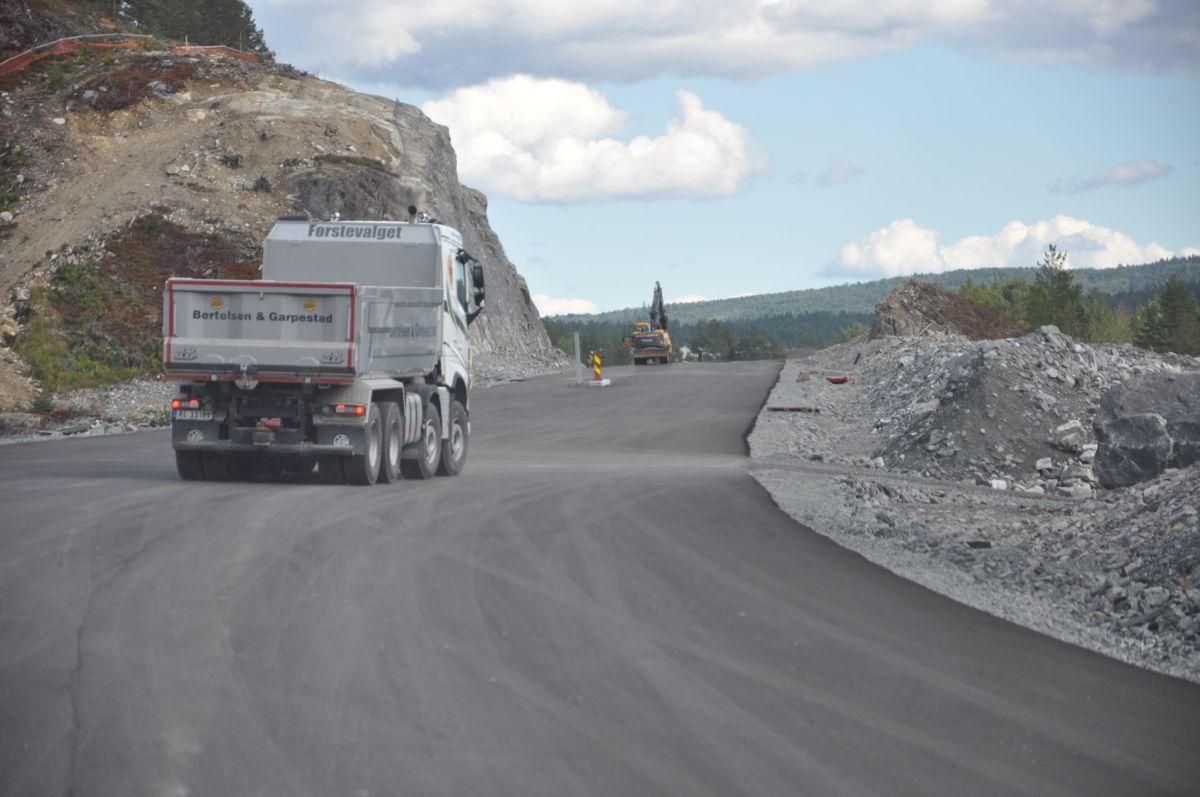 <p>Første asfalt lagt på deler av strekningen Trollerudmoen-Saggrenda. (Foto: Kjell Wold)</p>