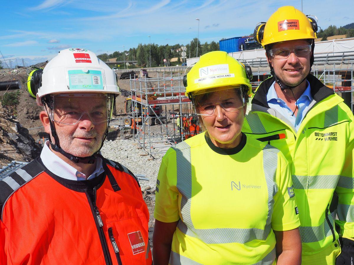 <p>Konsernsjef Arne Giske i Veidekke (fra venstre), administrerende direktør Ingrid Dahl Hovland i Nye Veier og konsernsjef Jørgen Evensen i BetonmastHæhre. Foto: Nye Veier</p>