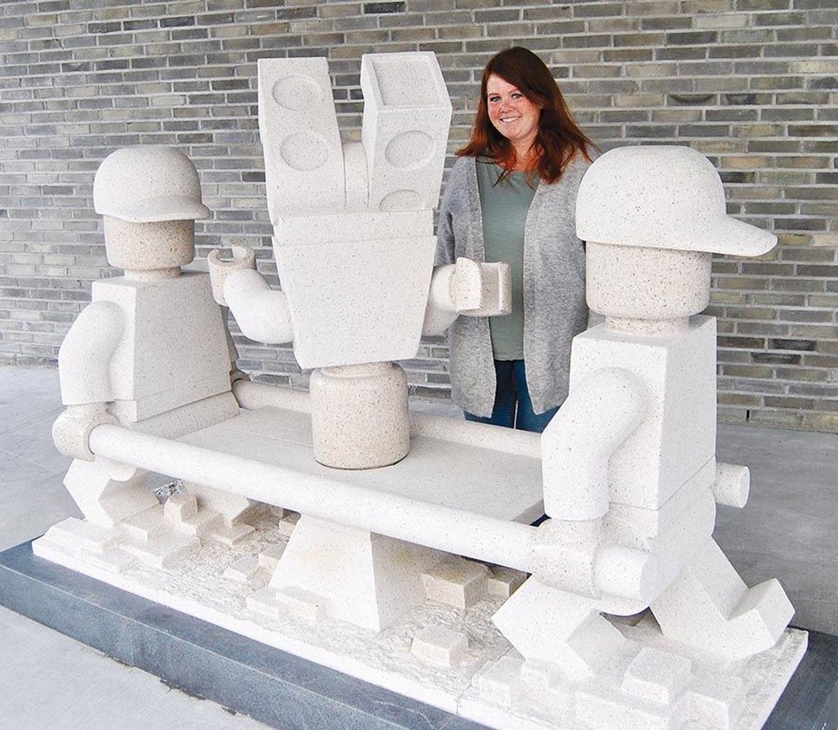 Skulptøren Hans Martin Øyen har bidratt til utsmykkingen, både inne i bygget og ved inngangspartiet. Denne faller godt inn i tematikken, mener kommunens prosjektleder Heidi Vassli.