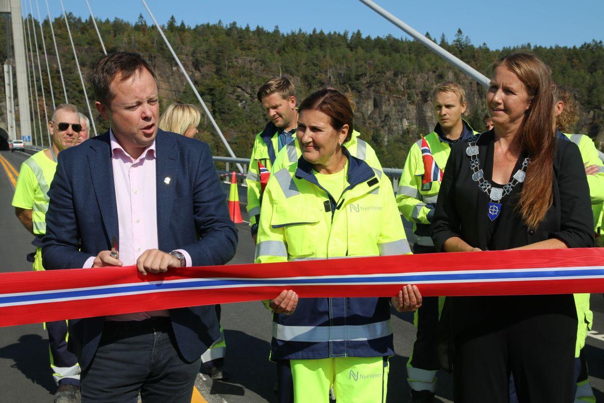 orsgrunnsordfører Robin Kåss og varaordfører i Bamble, Heidi Therese Herum klipper snora for Nye Veiers første ferdigstilte prosjekt. Nye Veier-direktør Ingrid Dahl Hovland hjelper gladelig til.