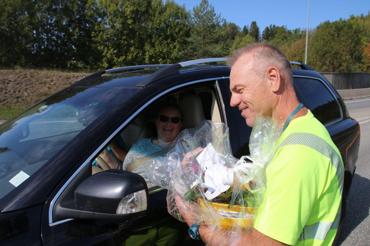 Det var Anja Dohme som ble den første bilisten til å kjøre gjennom den nye veien.