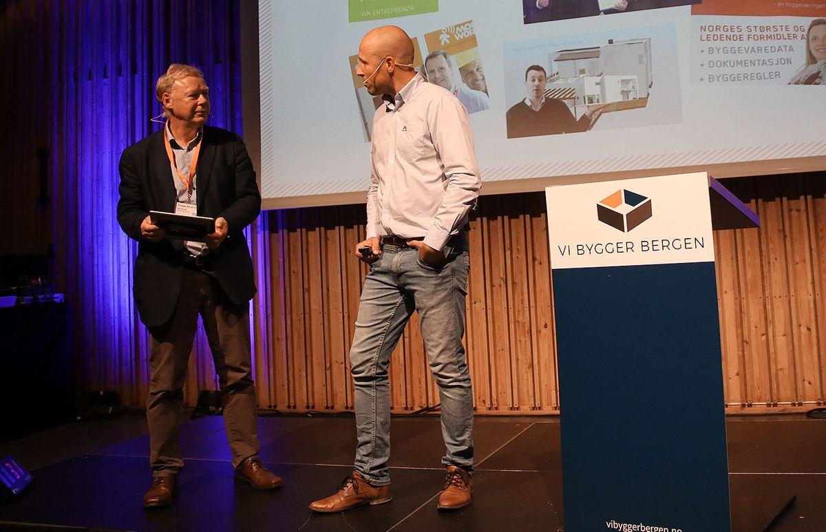 Jon-Olav E Sigvartsen (JOS-BYGG AS / Norgeshus) i samtale med konferansierAtle Kvamme i Bergen Næringsråd (t.v.).