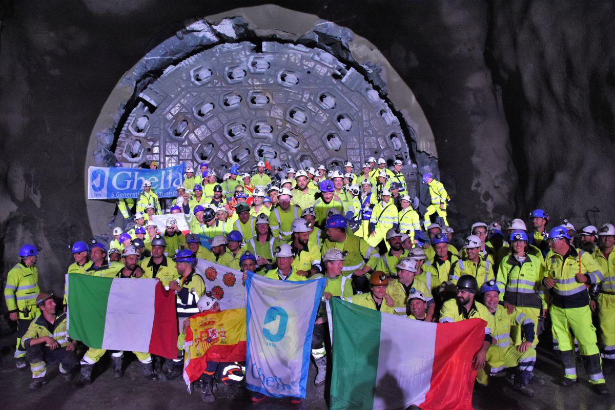 <p>Det var full jubel blant arbeiderne etter gjennomslaget for tunnelboringen.</p>
