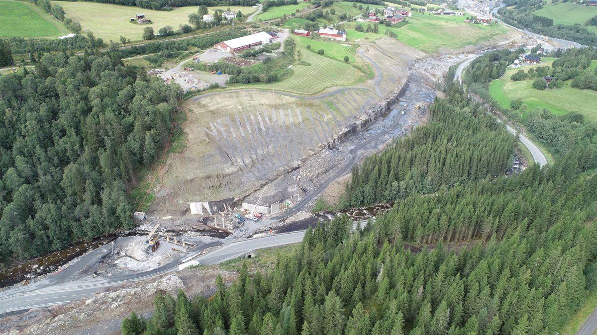 I sørenden av anlegget er fundamentene og søylene i de to midtre aksene, samt veggene i det nordlige landkaret til Vindåslibrua ferdig støpt. Foto: Statens vegvesen