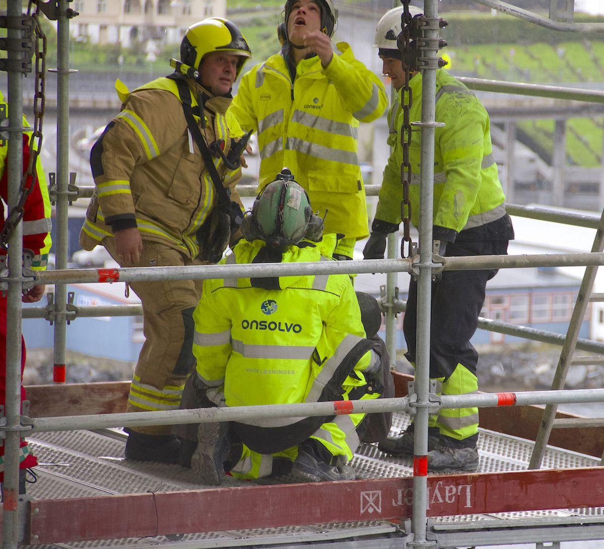 Consolvo gjennomførte nylig en redningsøvelse i samarbeid med Statens vegvesen, Vågsøy brann og redning, Helse Førde og Vest politidistrikt ved Måløybrua. Foto: Consolvo