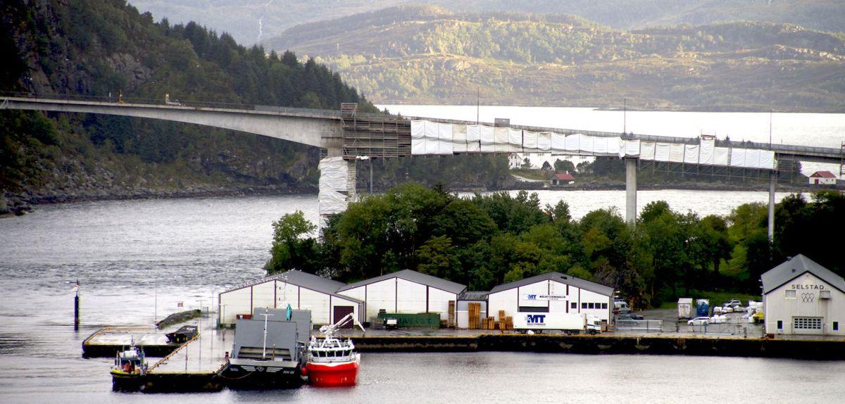 Måløybrua åpnet i desember 1973. Etter snart 45 år med slitasje har Lier-selskapet Consolvo satt i gang en omfattende rehabilitering av brua. Foto: Consolvo
