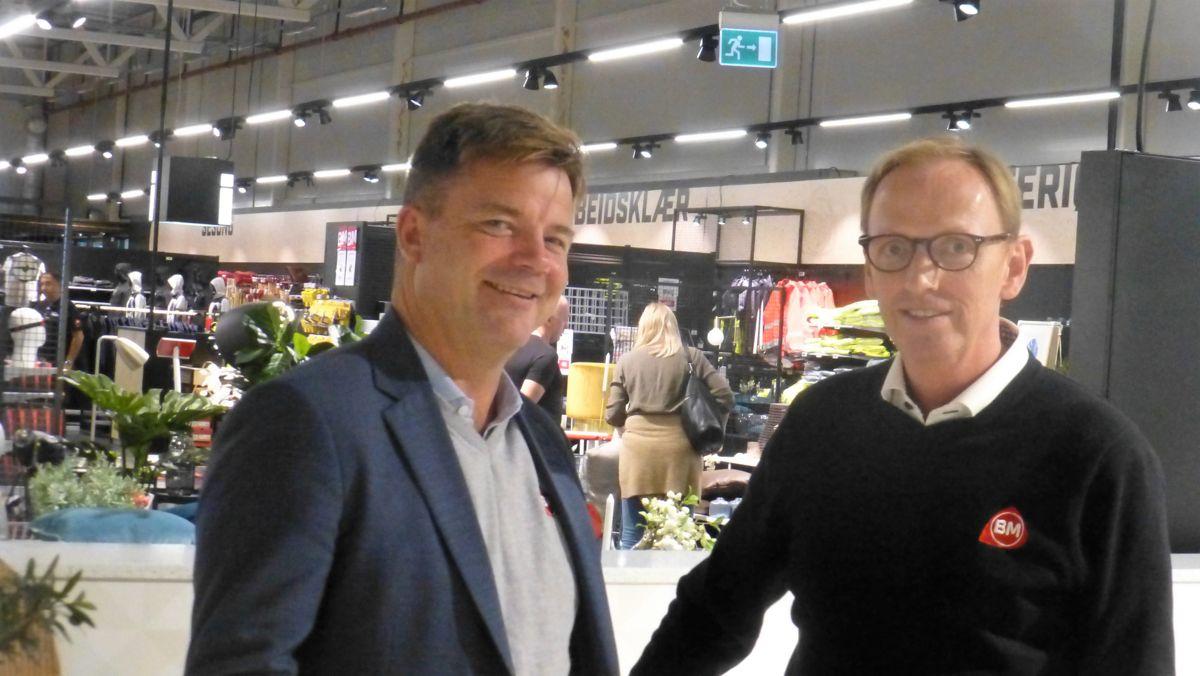 Konsernsjef i Byggmakkerkjeden, Knut Strand Jacobsen sammen med og administrerene direktør Per Hangerhagen i Byggmakker Gipling.