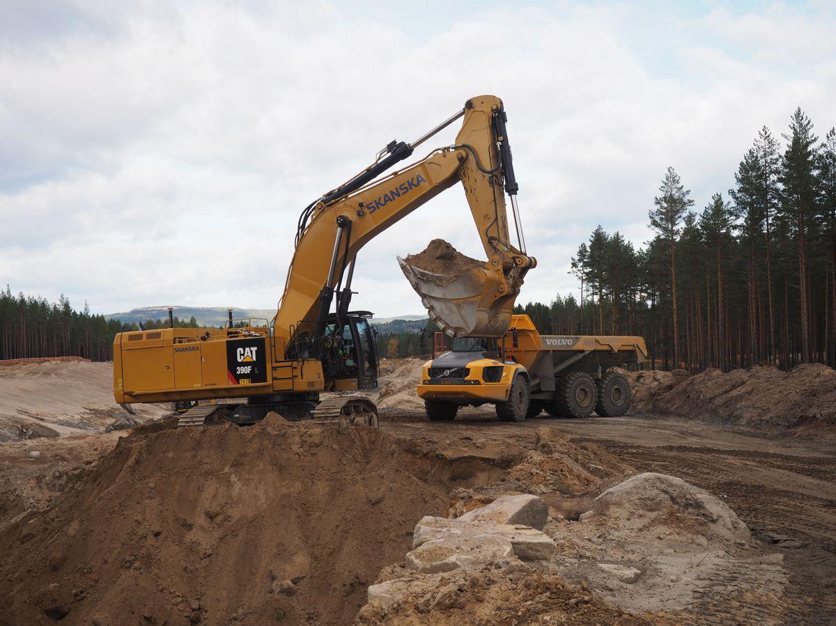 <p>Store anleggsmaskiner er i sving for å flytte massene i OPS-prosjektet Ny riksvei 3/25 Ommangsvollen – Grundset. Foto: Jørn Hindklev</p>
