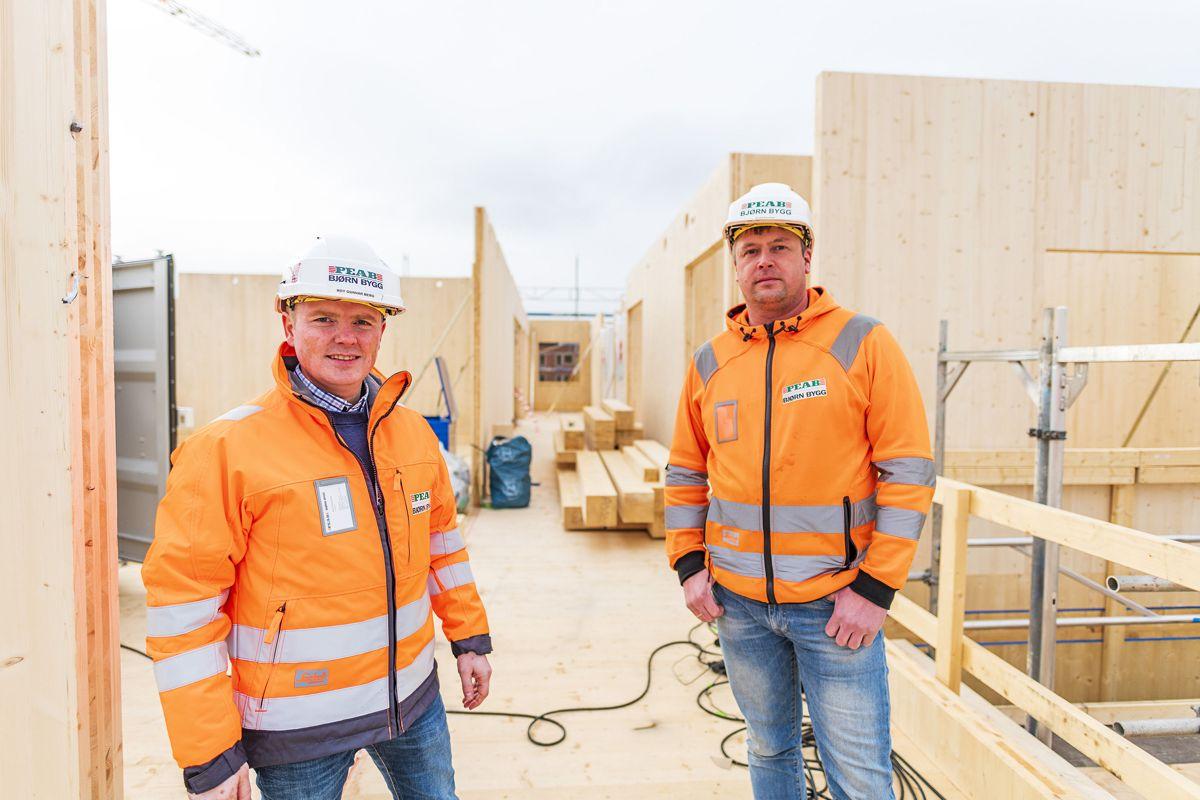 Prosjektleder Roy Gunnar Berg (til venstre) ser store fordeler med massivtre i byggprosjekter. Her sammen med formann Kjetil Farstad på prosjektet Alta omsorgssenter. Foto: Ørjan Bertelsen / Peab