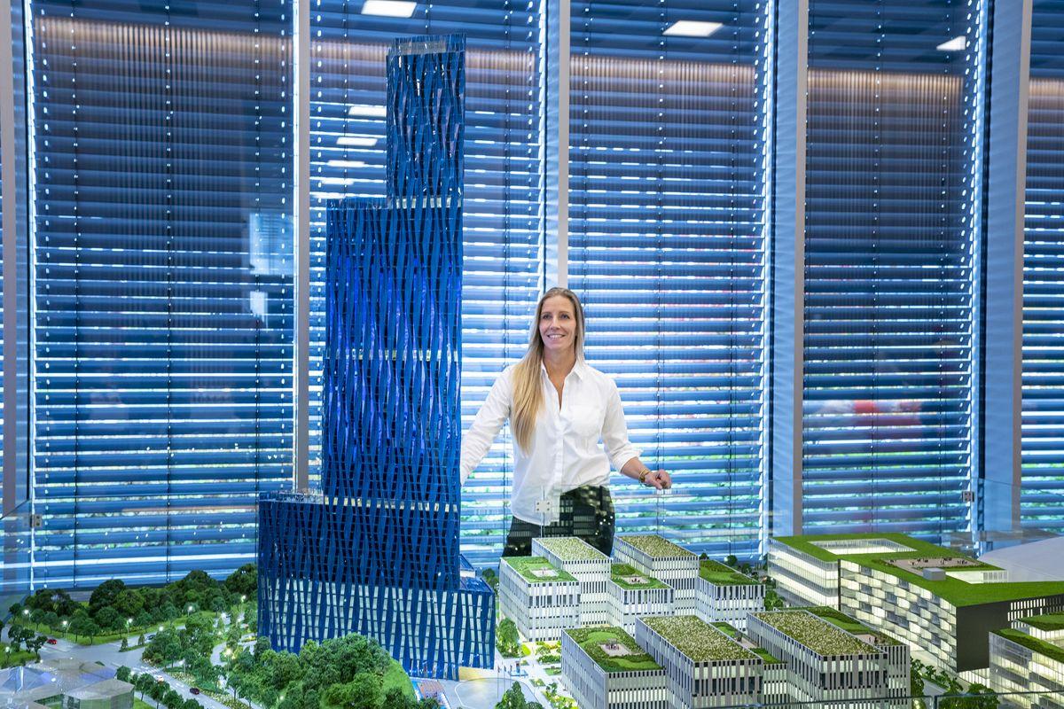 Administrerende direktør Nina Jensen i REV Ocean ser på en modell av den 200 meter høye bygningen til Kjell Inge Røkke som skal en gang skal huse World Ocean Headquarters (WOH). Foto: Heiko Junge / NTB scanpix