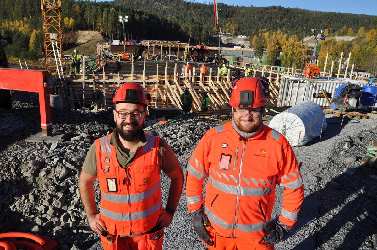 Ahmad Kassab og Alexander Ø Johansen i Statens vegvesen på siste brustøp. Foto: Kjell Wold/Statens vegvesen