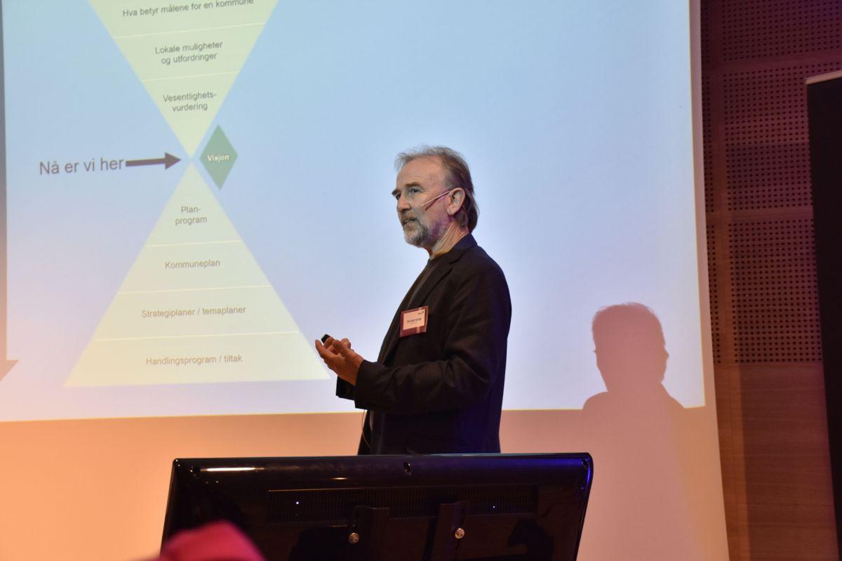 Tor Arne Midtbø, kommuneplansjef i Asker kommune, holdt innlegg under konferansen.