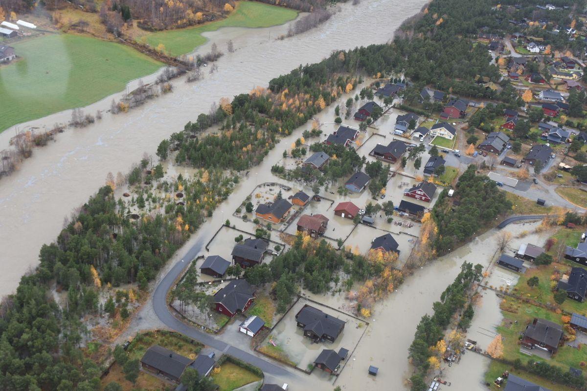 Skjåk er hardt rammet av flommen som herjer søndag, og store deler av kommunen ligger under vann. Foto: Politihelikopteret / NTB scanpix