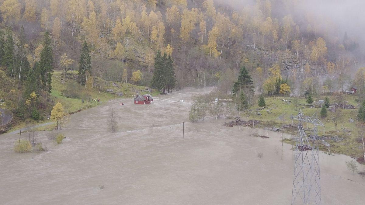 Et fjøs med 13 gjeiter er blitt skylt 50 meter ned elva av vannmassene i Luster i Sogn og Fjordane. Foto: Tage Skjaak Moen / NTB scanpix