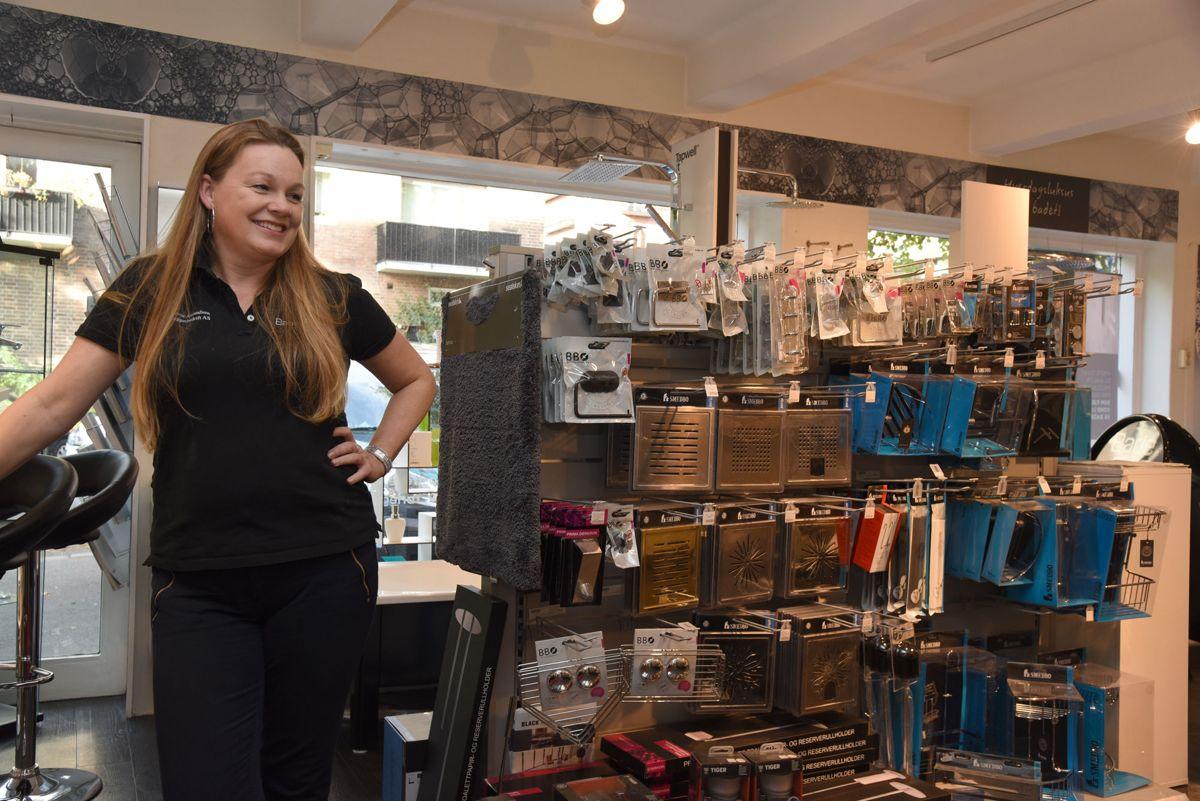 Søstrene Amundsen har jobbet i rørbransjen siden midten av nittitallet og brenner for rekruttering og god opplæring. - Rørlegger er et yrke som passer like godt for jenter som for gutter. Det er en utrolig stor bredde i faget og mange muligheter til å utvikle seg videre. Dessuten er lønna god, sier daglig leder Line Marita Amundsen Volle, her i butikken på Rosenhoff i Oslo. Foto: Trond Joelson