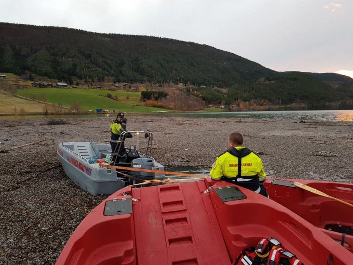 <p>Oppsamlingen av enorme mengder Glasopor er i gang i Vågåvatnet. Foto: Rune Solhjem, Sel brann- og redningsvesen</p>