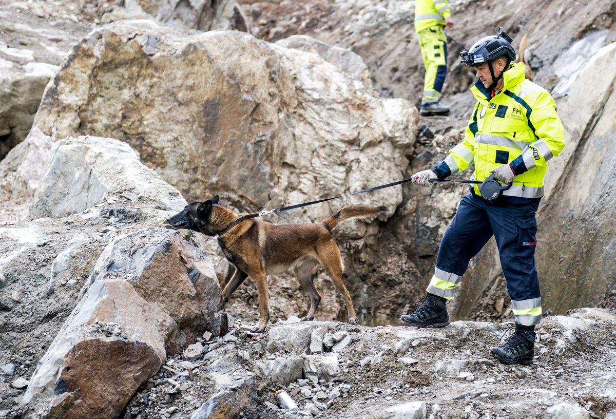 Hundefører Vegar Falsten i Forsvarets forskningsinstitutt (FFI) har vært med på å avdekke mye gammelt sprengstoff i Gudvangatunnelen. Arkivfoto: FFI