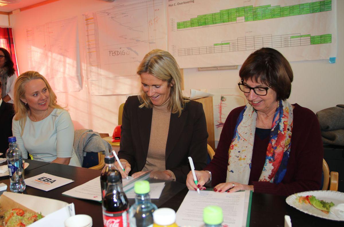 Anniken Hauglie var til stedet da EBA-sjef Kari Sandberg og NAVs toppleder Sigrun Elisabeth Vågeng signerte samarbeidsavtale på onsdag.