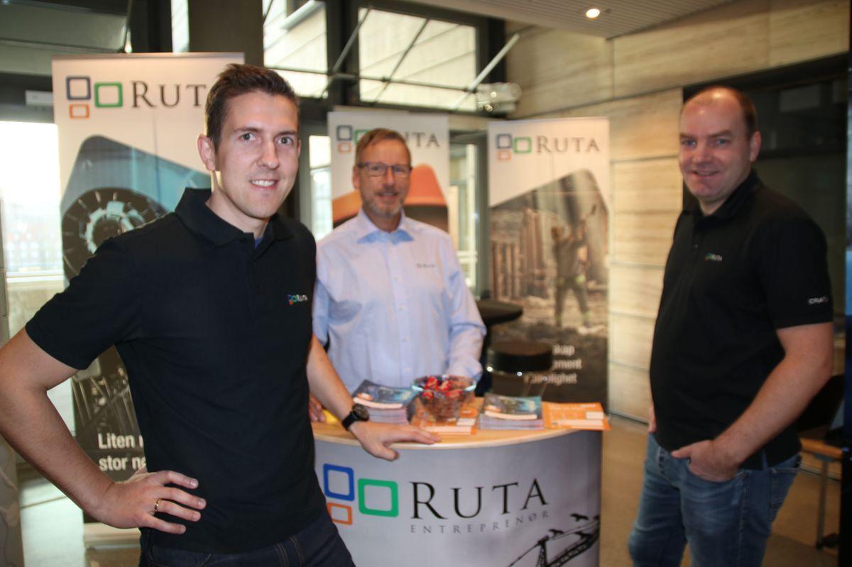 Anleggsleder Øyvind Berggren (fra venstre), HR-sjef Stig Ludvigsen og teknisk sjef Kenneth Gjessingen i Ruta Entreprenør er til stede på BM-dagen ved NTNU tirsdag. Der legger de blant annet vekt på å snakke om papirløse byggeplasser.