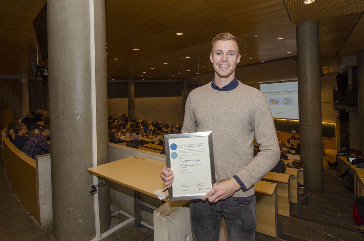 Erlend Stendahl Spets mottok pris for beste master på bygg- og miljøteknikk på NTNU.