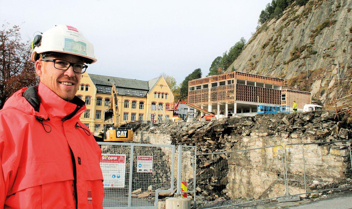 Rivningsarbeidet på tomta er snart ferdig, men prosjektleder Hans Petter Brandal har en krevende tomt å arbeide på med en fjellskrent rett bak når Veidekke skal bygge badeland i Ålesund sentrum.