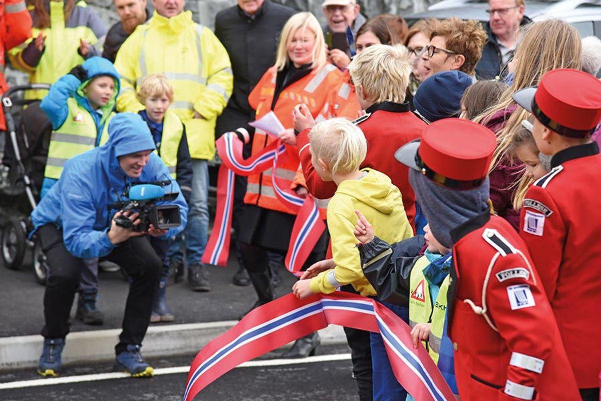 Elever fra Follese skole og Skogstunet barnehage var med da fylkesordfører Anne-Gine Hestetun åpnet Fv 212 Lindhaugen-Slettebrekka på Askøy.